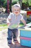 La edad del bebé de 9 meses anda tambaleándose en patio Imagen de archivo libre de regalías
