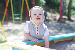 La edad feliz del bebé de 9 meses juega en sandpit Imagen de archivo