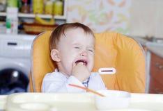La edad gritadora del bebé de 1 año no quiere comer Foto de archivo