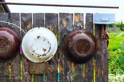La ejecución de las mercancías en una cerca de madera Fotografía de archivo libre de regalías