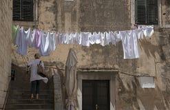 La ejecución que se lava en ropa vive en Dubrovnik Croacia Imágenes de archivo libres de regalías