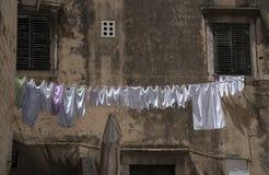 La ejecución que se lava en ropa vive en Dubrovnik Croacia Fotos de archivo libres de regalías