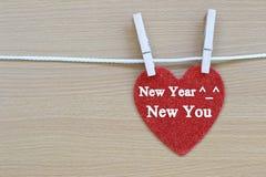 La ejecución roja del corazón en una cuerda y tiene Año Nuevo nuevo usted texto Fotografía de archivo