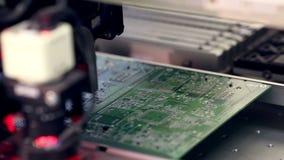 La electrónica automatizada parte la línea de la fabricación Producción del tablero de Citcuit almacen de metraje de vídeo
