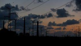 La electricidad ata con alambre puesta del sol del lapso de tiempo metrajes