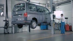La elevación aumenta el vehículo sobre el piso metrajes