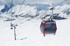 La elevación de la góndola a la estación de esquí Imagen de archivo libre de regalías
