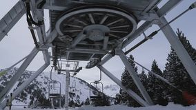 La elevación de la turbina para los esquiadores con los bancos vacíos da vuelta metrajes