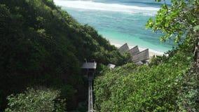 La elevación del acantilado a domingos vara al club del centro turístico en Bali, Indonesia de Ungasan Clifftop almacen de metraje de vídeo