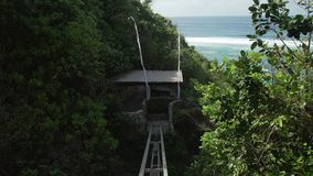La elevación del acantilado a domingos vara al club del centro turístico en Bali, Indonesia de Ungasan Clifftop metrajes