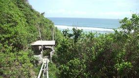 La elevación del acantilado a domingos vara al club del centro turístico en Bali, Indonesia de Ungasan Clifftop almacen de video