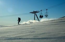 La elevación y el esquí de esquí en el polvo nievan Imagen de archivo