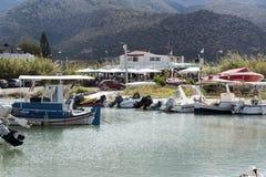 La embarcación de recreo atracó en el pequeño puerto en Malta Creta Imagen de archivo libre de regalías