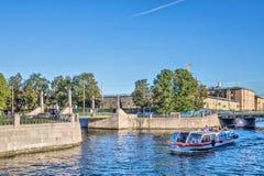 La embarcación de recreo está en el canal de Kryukov en el distrito histórico de Kolomna en St Petersburg Fotografía de archivo libre de regalías