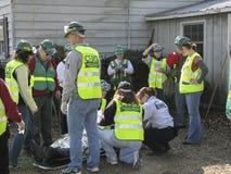 La emergencia responde equipo que ayuda a la persona herida Foto de archivo libre de regalías