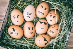 La emoción pintó los huevos en la caja con el heno Foto de archivo