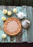 La empanada color de rosa de la manzana hecha en casa con el relleno de la crema sirvió con té y r fotografía de archivo libre de regalías
