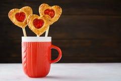 La empanada de la fresa hace estallar en un palillo para el día de tarjeta del día de San Valentín foto de archivo libre de regalías