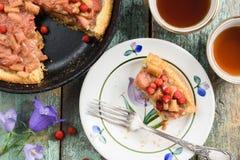 La empanada de ruibarbo rústica con las fresas frescas del bosque coció en molde Foto de archivo libre de regalías