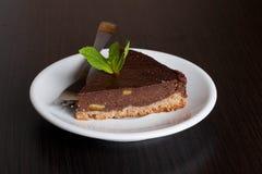 La empanada deliciosa del chocolate, con la naranja y una hoja de la menta para adornan Imagenes de archivo