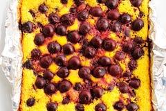 La empanada deliciosa hecha en casa con las cerezas coció recientemente en hoja Imagen de archivo libre de regalías