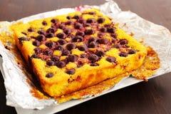 La empanada deliciosa hecha en casa del quark con las cerezas coció en hoja Fotografía de archivo libre de regalías