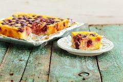 La empanada deliciosa hecha en casa del quark con las cerezas coció en hoja Imagenes de archivo