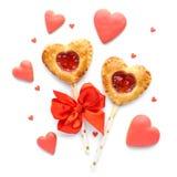 La empanada en forma de corazón hace estallar con la mermelada de fresa fotografía de archivo libre de regalías