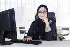 La empresaria árabe se sienta en el lugar de trabajo fotos de archivo libres de regalías