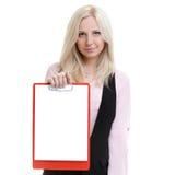 La empresaria acertada que sostiene un tablero con el papel en blanco es Imagenes de archivo