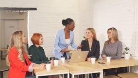 La empresaria africana felicita a su colega en el encuentro metrajes