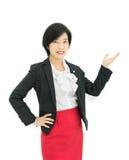 La empresaria asiática está presentando en el fondo blanco Imagen de archivo libre de regalías