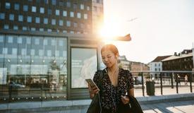 La empresaria asiática que tiene llamada video durante su mañana conmuta imágenes de archivo libres de regalías