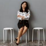 la empresaria asiática sonriente con los brazos cruzó esperar imagen de archivo