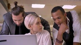 La empresaria bonita le pide colegas su actitud a sus ideas en el ordenador portátil, concepto del negocio, concepto de la comuni almacen de metraje de vídeo