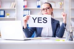 La empresaria con el mensaje del sí en oficina foto de archivo libre de regalías