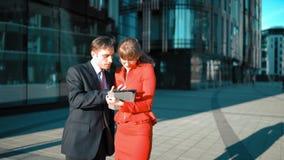 La empresaria con la tableta hace oferta al cliente metrajes
