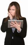 La empresaria confusa sostiene una tablilla Imagen de archivo libre de regalías