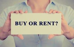 La empresaria da llevar a cabo la muestra blanca de la tarjeta con la pregunta de la compra o del alquiler