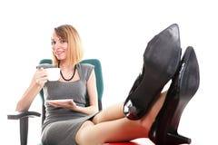 Las piernas de relajación de la empresaria del paro laboral de la mujer suben el un montón de doc. fotos de archivo
