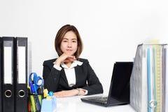 La empresaria elegante Asian que trabaja en oficina en la tabla Foto de archivo libre de regalías