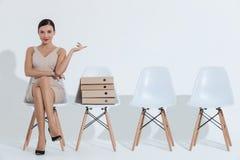 La empresaria elegante está esperando entrevista de trabajo fotografía de archivo libre de regalías
