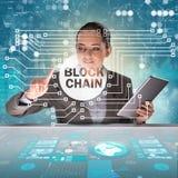 La empresaria en concepto del cryptocurrency del blockchain fotos de archivo