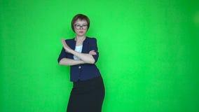 La empresaria en traje y vidrios está bailando en fondo de pantalla verde almacen de metraje de vídeo