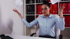 La empresaria enfadada rasga el contrato de trabajo del documento almacen de video