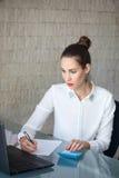 La empresaria escribe en el papel en blanco fotografía de archivo libre de regalías