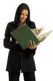 La empresaria está leyendo el libro grande Fotos de archivo