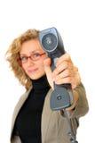 La empresaria está mostrando el teléfono fotografía de archivo libre de regalías