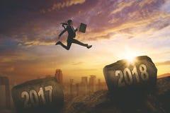 La empresaria está saltando sobre números 2017 y 2018 Fotografía de archivo libre de regalías