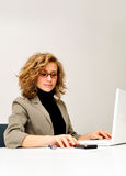 La empresaria está trabajando con el ordenador portátil imagen de archivo